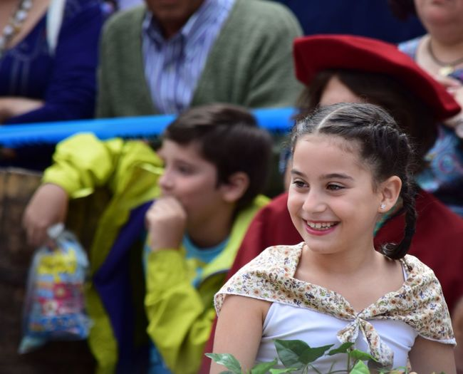 Sonrisa inocente Childhood Education Girls Boys Real People Smiling Happiness Looking At Camera Portrait Lifestyles Day Child Face Outdoors Popular Popular Party Olite Navarra