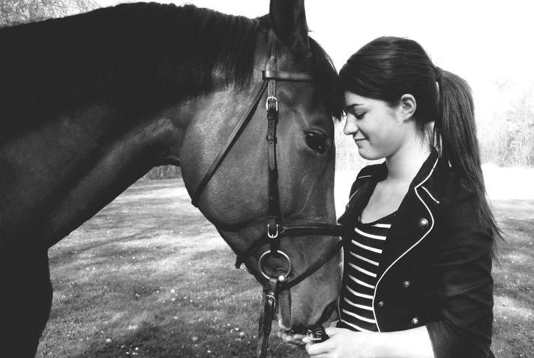 Die Seele des Pferdes äußert sich nur denjenigen, die sie suchen. Horse Blackandwhite Horse Riding Peace Black & White Longhairdontcare Happiness Love Horse Life Black And White Portrait Animals Happy Quotes