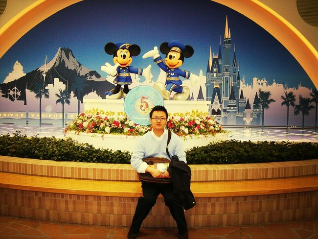 동경 디즈니랜드. Asian Boy Tokyo Disney Land Selfportrait Hello World