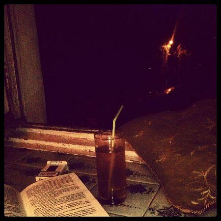 ПЬЮ ледяной лимонад и читаю книгу
