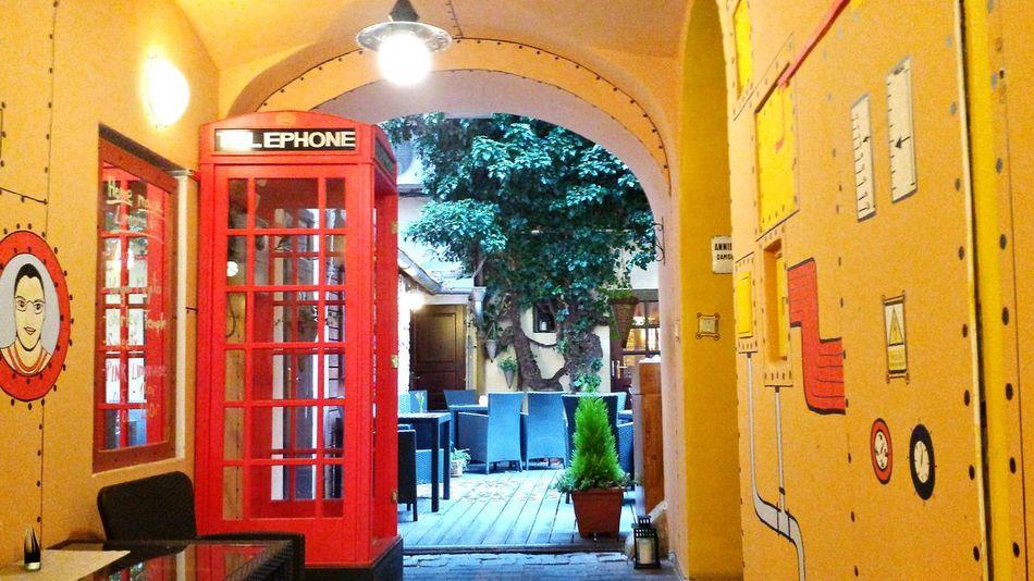 Prag Prague Historical Buildings Entrance Portal Pub Red Telephone Box Color Splash Garten Im Innenhof Yellow Submarine -theme... Blue Yellow Red Green Beliebte Fotos