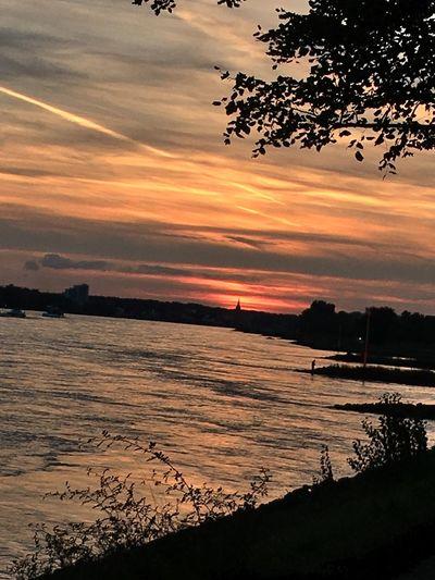 Traumhafter Sonnenuntergang Licht Und Schatten Licht Am Himmel Wassermomente Im Fluss