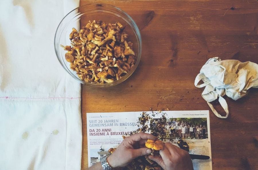 The last chanterelle mushrooms of the season. Chanterelles Mushrooms Cleaning Feeling At Home Dad Kitchen Table What I Value Here Belongs To Me View From Above Hands At Work Original Experiences Feel The Journey The Street Photographer - 2016 EyeEm Awards The Photojournalist - 2016 EyeEm Awards