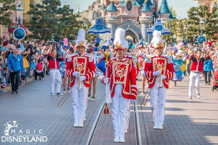 Large Group Of People Celebration Disney Amusement Park Celebration Disneyland Paris 25thanniversary Disneylandparis Travel Destinations