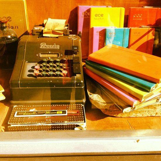 ? Taksim de Bir Vitrin Daktilo kitap tarih history vintage book istanbul Turkey showcase color typewriters