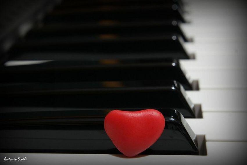 La cosa importante è metterci sempre il cuore... Cuore Cuore❤ Pianoforte Musical Instrument Music Piano Music Musical Instrument Arts Culture And Entertainment Piano Key Love Indoors