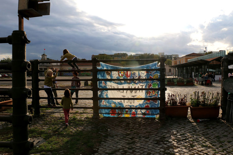 Bambini  Bambini Che Giocano Cielo City Cloud - Sky Day Ex Mattatoio Lifestyles Museo Outdoors People Sky Testaccio