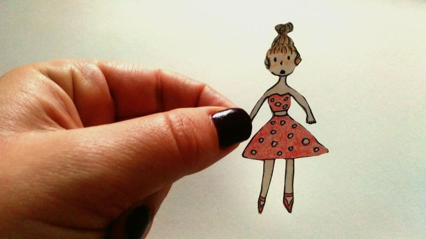 я рисую, i'm drawing EyeEmNewHere Create A Picture Chrysalis Doll Dollzhanna Drawing Cartoon Cartoon Effect  Cartoon Pic мультяшный куклажанна рисунок рисуноккарандашом бумажнаякукла Куколка девочка кукла Human Hand Hanging Human Finger Close-up