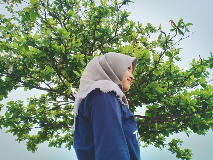 alone, Indonesia February 2019 Tree Women Young Women Hooded Shirt Standing Mature Women Sky Hijab Islam Religious Dress Headscarf Growing Sweatshirt Hood - Clothing Leaves Plant Life Thoughtful Branch Wrapped In A Blanket Blooming Leaf Vein