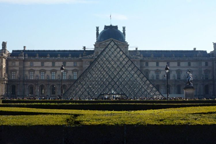 Museo de Louvre, París. Architecture Building Exterior Built Structure Façade Travel Destinations Lawn Day Sky History Tourism Growth Outdoors Famous Place In Front Of Green Color City Life Government No People Government Building Parliament Building Traveling Travel Geometric Shape Paris Louvre