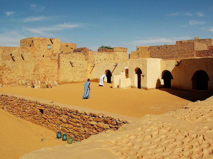 Chinguetti-la vecchia moschea nello Ksa CHINGUETTI Adult Ancient Ancient Civilization Arch Architecture Building Exterior Built Structure Cloud - Sky Day History Land Leisure Activity Lifestyles Mauritania Men Nature Outdoors People Real People Sand Sky Sunlight The Past Women