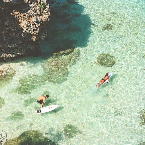 PARADISE - Blue Point di Pantai Suluban, Bali, adalah sebuah surga tersembunyi diantara bukit batu karang yang mengapitnya. Sebelum menghabiskan matahari dengan bermain selancar, tempat ini menjadi start favorit bagi para surfer. Air laut yang jernih dengan permukaan dangkal, memanjakan matavsetiap surfer yang ingin memulai percumbuannya dengan ombak pantai Suluban. Di payungi batu karang, tempat ini juga menjadi spot bersantai saya menikmati suara deburab ombak yang terpecah jaih ditengah serta dimanjakan hembusan angin dari lorong karang. Batikjelajahnusantara Flywithbatik Batikchallenge1 @batikair