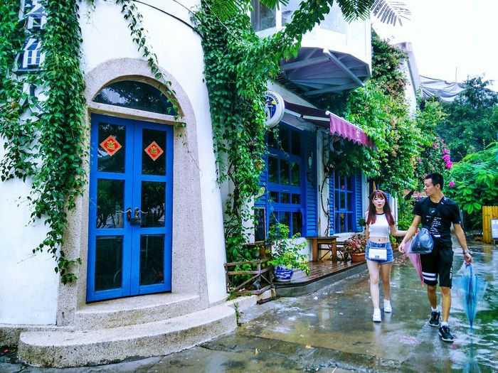 Hanging Out Streetphotography Street Hi! Taking Photos Check This Out EyeEm Gallery EyeEm Hello Hello World EyeEm Best Shots Color Palette People Togetherness Person Blue House Plant Enjoying Life Vibrant Color Eyeemphoto Outdoors Windows Building Exterior Couple