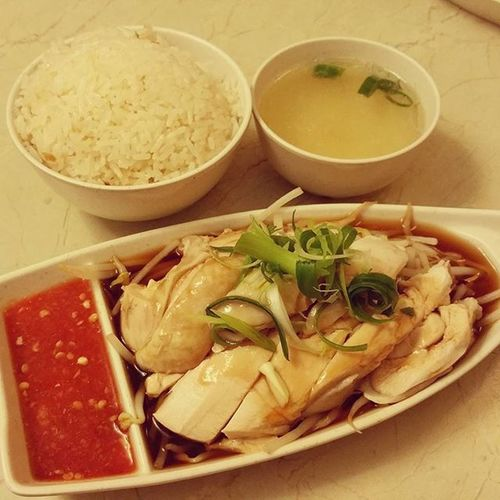Hainanese Chicken Rice - A dish originally from Hainan (Southern of China), it was then adapted by the Hainanese immigrants in Singapore & Malaysia hence the Hainanese Chicken Rice you see today. A perfect Hainanese chicken rice combo should include a bowl of rice fragrant with garlic, ginger, chicken fat, silken smooth poached chicken, garlic chilli and a bowl of chicken soup. Pertheats Perthfoodblogger Perthfood Hainanesechickenrice chickenrice foodpics foodphotography foodie thefoodiehub perthisok happyperth perthfoodadventures perthfoodreview perthfoodie food foodporn instafoodie igfoods igfoodie perthpop