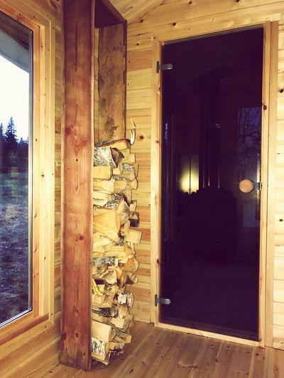 Några gamla ladugårdsbrädor blev en vedhylla... Wood - Material