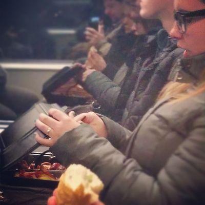 Currywurst togo in der S-Bahn essen. So etwas mache ja noch nicht mal ich. Bildervonunterwegs Berlin Currywurst