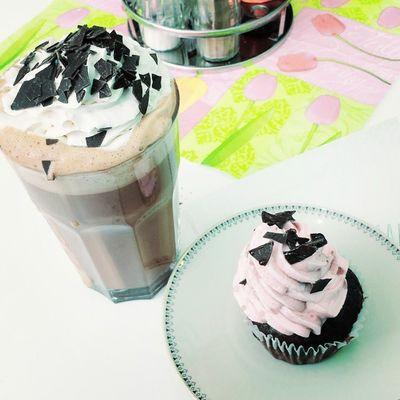 Café Bewitched in Dortmund . Vegan Foodporn omnomnom cupcakes hotchocolate