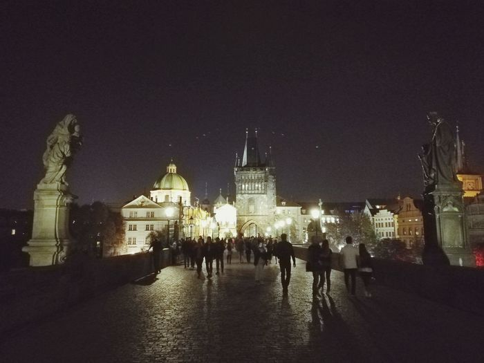 Una noche en el Puente de Carlos IV Charles Bridge Charles Bridge Bridge - Man Made Structure Prague Praga Praha Night Europe Light Chequia Railway Bridge City Gate Cathedral christmas tree Bascule Bridge