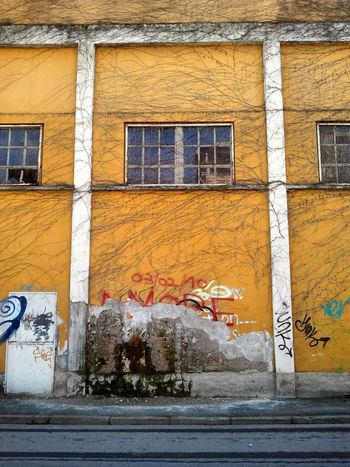 Strati & tempo Architecture Art Art And Craft Building Exterior Built Structure Creativity Creepers Day Graffiti Industrial Building  Street Art Tags Text Wall Wall - Building Feature The Graphic City