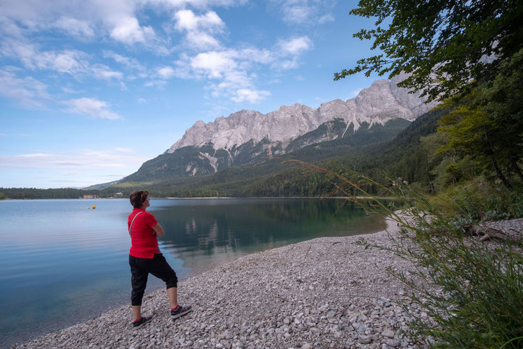 Frau blickt auf den Eibsee Eibsee Beauty In Nature Cloud - Sky Day Full Length Garmisch-partenkirchen Lake Leisure Activity Lifestyles Mountain Mountain Range Nature Non-urban Scene One Person Outdoors Real People Scenics - Nature Sky Tranquil Scene Tranquility Water Women