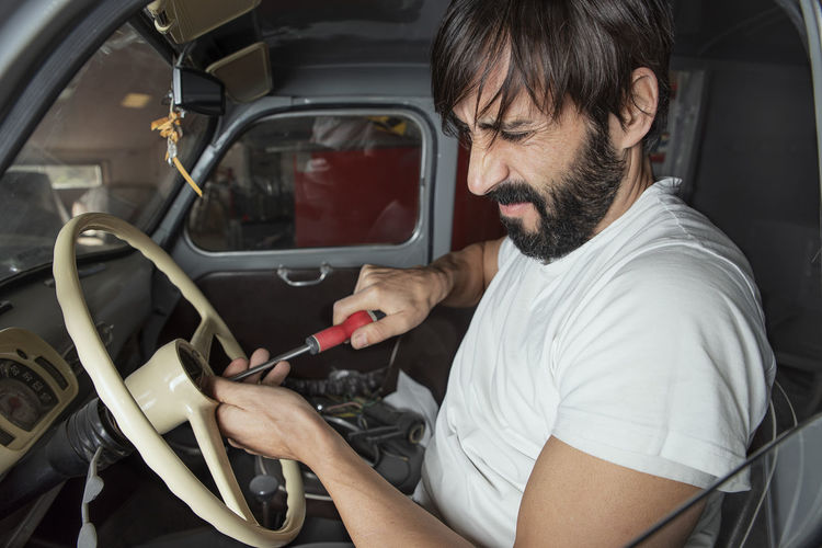 this do not work Industry Motor Vehicle Mode Of Transportation Car Land Vehicle Men Adult Beard Facial Hair Casual Clothing Occupation Lifestyles Tuning Tunning Car Job Labour Craft Hand Made Mechanic Worried Concentration Fun White T-shirt