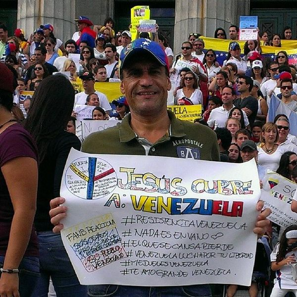 Los Venezolanos nos hicimos sentir en la Facultad de Derecho en La UBA. Y les estamos haciendo ver a nuestros pueblos Latinoamericanos que esto puedes repetirse en cualquier otro país que tenga vinculación con los Castros-Comunistas. Argentina Venezuela Gochos Estudiantes ElQueSeRindaPierde VenezolanosenArguentina ResistenciaVzla SOSVzla YoSoyResistencia