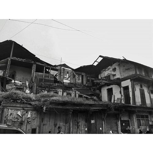 Abandoned shelters. Things you see when you escape from the hustle of urbanized city life to witness the settlements which were once alive. Blackandwhite Streetphotography Traveller Travellerslife Abandoned Broken Zenfone5 Asus Puneclickarts Punebytheday Old People Life Photograph PicturePerfect Blackandwhitephotography Black White Street _soi @puneclickarts @betterphotography @punebytheday Pune Oldpunecity Maharashtra_ig Maharashtra Sopune inspiroindia