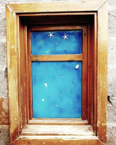 Belki gökyüzüne açılır bu pencere* Gokyuzu Deniz Yildiz Mavi Blur Blue Denizkabuğu Agac Kayseri Tekerlek Gecmis Huzun Bina Guvercin Kanat Su Kus ışık Gunes Eski Huzun Nice No People Door Closed Architecture Wood - Material Building Exterior Built Structure Blue