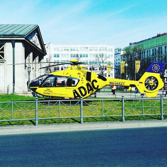 Helfer im Einsatz am Berliner Wittenberg Platz.