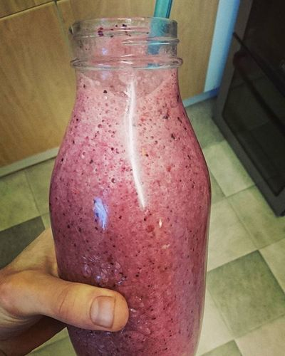 Feel obliged to demolish this after today's training! Mixed frozen berries, banana and coconut water 😍 Smoothie Berries Fitfood Recoverydrink Vegan Veganrunner Coconutwater