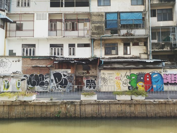 Architecture Built Structure Building Exterior Graffiti Day Outdoors Window Residential Building No People Water Canal Klong Ong Ang The Canal Barsin Jar คลองโอ่งอ่าง