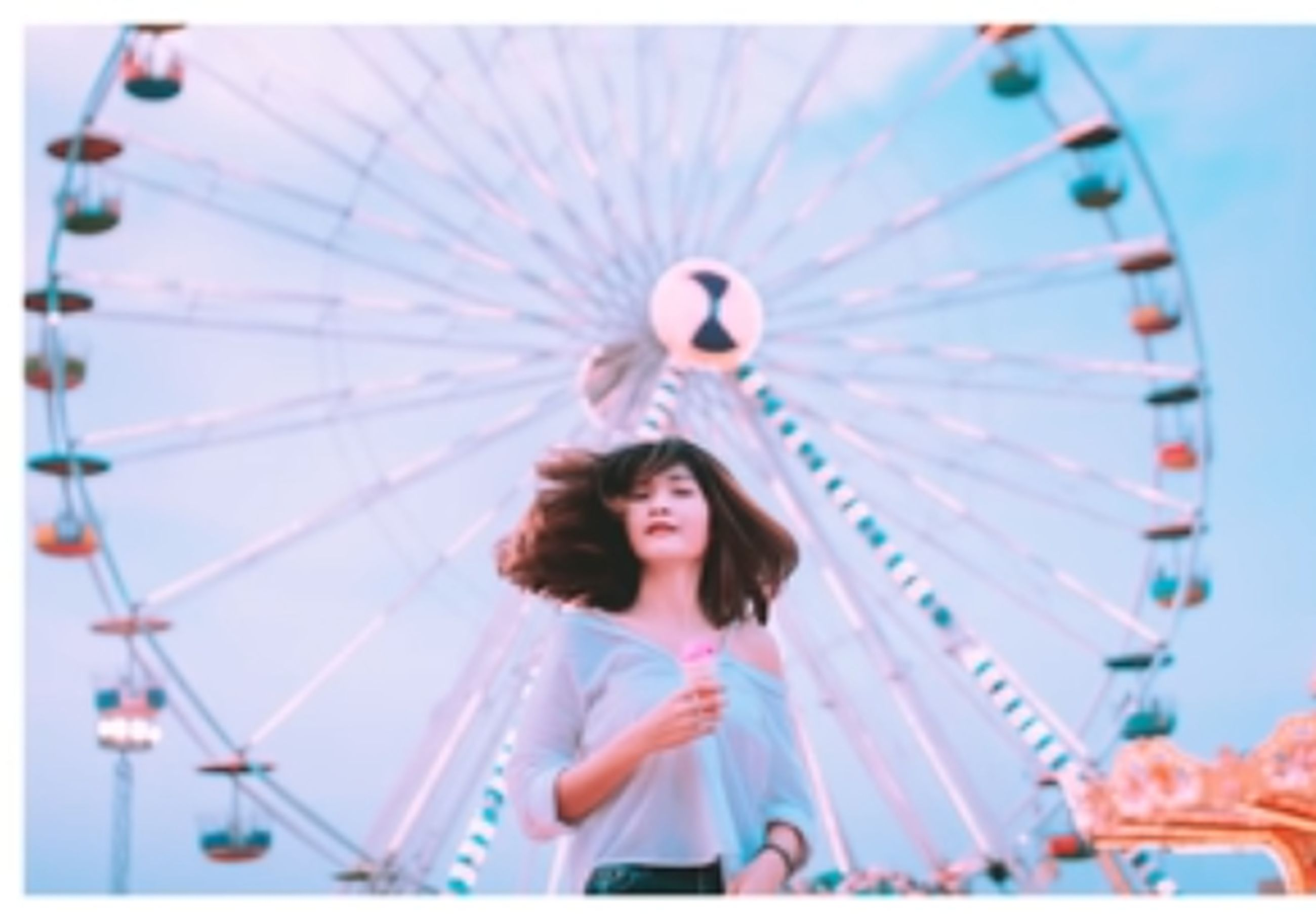 amusement park ride, ferris wheel, amusement park, leisure activity, arts culture and entertainment, women, real people, lifestyles, two people, front view, portrait, enjoyment, young adult, casual clothing, people, adult, sky, girls, low angle view, hairstyle