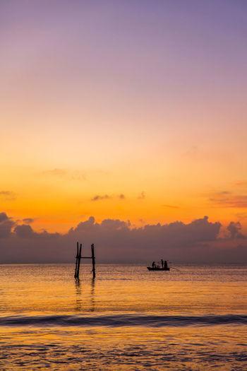 万物有求终到手,岁月光阴不容偷,何必磻溪垂空钓,老去沧海放孤舟。 boat Sky Silhouette Sea Beauty In Nature Horizon Sunrise Fishing Cloud - Sky
