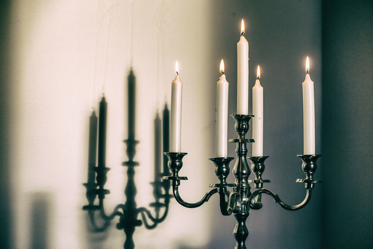 Candles on a 5 arm candle holder Candle Candle Holder Candles Candlestick Flame Schattenspiel  Burning Candle Candle Flame Candle Light Candlelight Candlelights Close-up Fire Flame Illuminated Indoors  Kerzen Kerzenlicht Kerzenständer No People Schatten Shadow White Candle White Candles