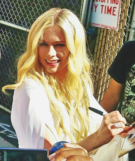 Avril Lavigne AvrilLavigne Avril Signing Autographs Signing Autographs Blonde Blonde Hair Blonde Girl Bubble Gum Bubblegumpop Bubblegum Popstar Pop Sensation TEEN IDOL Posing Idol
