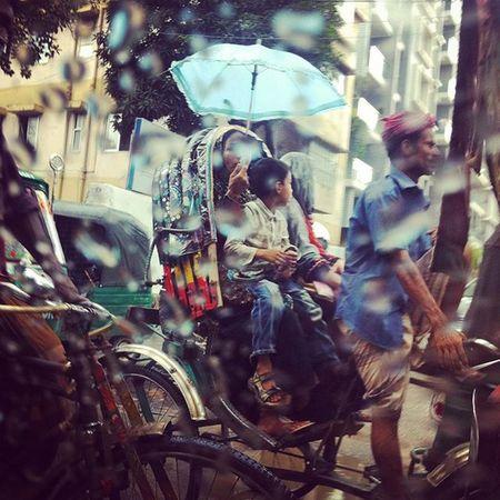 Metro Rain ! Js Jashimsalam Photos Photographer Photojournalism Documentary Dailylife Rickshaw Passenger Traffic Lightdarkmatters streetFotomobile Rain Drizzle Umbrella Instagram Opensociety Natgeo @instagramChittagong Chottogram Bangladesh Everydaybangladesh