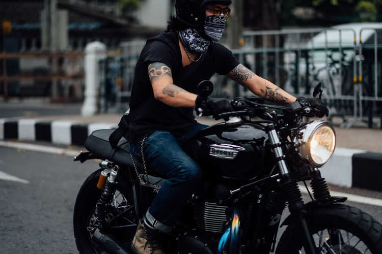 Adventure Biker City City Life Crash Helmet Day Driving Headwear Helmet Land Vehicle Lifestyles Masculinity Men Mode Of Transport Motorcycle Motorcycle Racing Motorized Vehicle Riding Motorsport One Person Outdoors Riding Scooter Sports Helmet Street Transportation