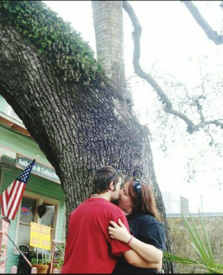 "Kissing under ""the kissing tree"" The Kiss . Kissing Tree. <3 Good Luck! Old Oak Tree St Augustine Oak Tree Cafe Outdoor Photography Family Time Vacation Time Resurrection Fern American Flag"