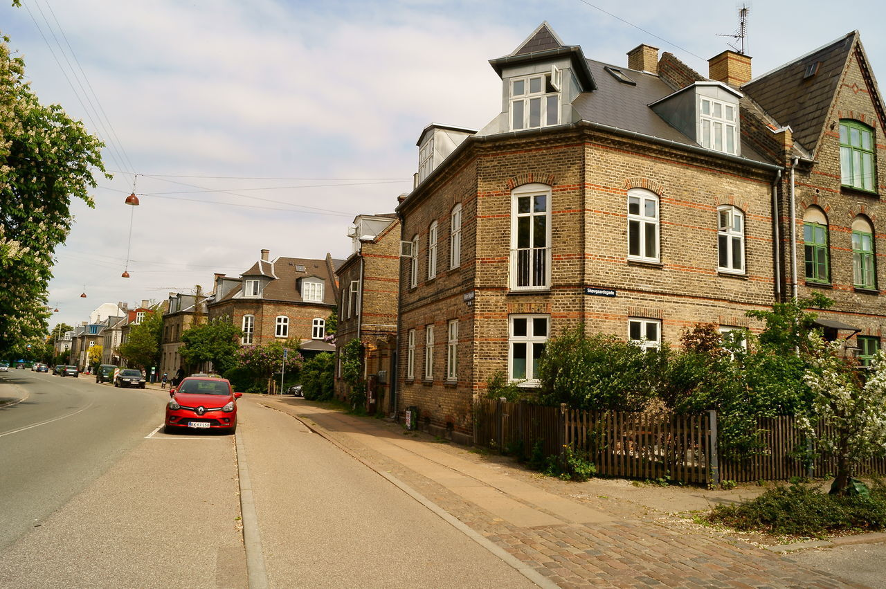 road, architecture, built structure, building exterior, street, house, car, sky, transportation, the way forward, day, outdoors, no people
