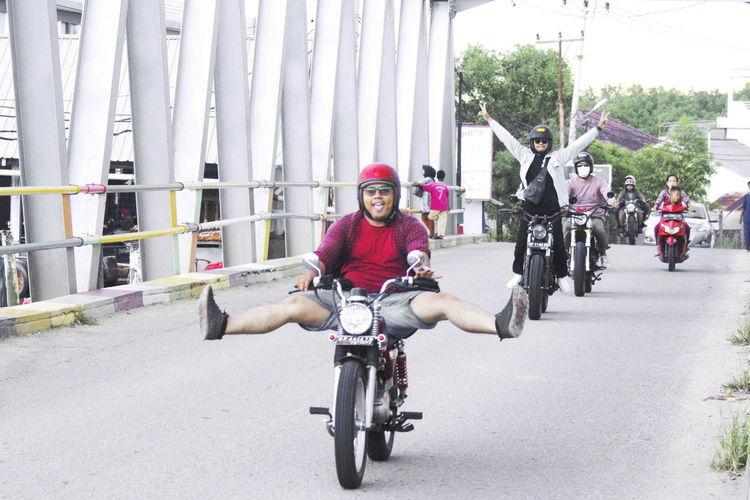 Ticket To Ride Biker City Cycling Helmet Headwear Portrait Bmx Cycling Smiling Motorcycle Sitting Sports Helmet Racing Bicycle Crash Helmet City Street Vehicle Skiing Helmet Triathlete