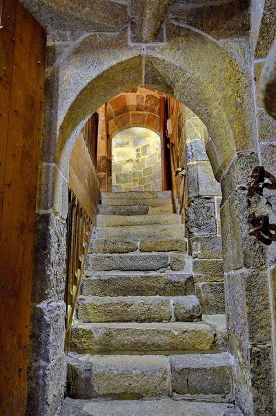 Le château de Dinan (Côtes-d'Armor) est un monument historique se situant au sud de la ville. C'est un ensemble composite, constitué à la fin du xvie siècle par le duc de Mercœur à partir de trois éléments initialement distincts : le Donjon ducal construit dans la décennie 1380 , la porte du Guichet (XIIIème siècle)et la tour Coëtquen édifiée à la fin du XVème siècle. L'ensemble fait partie de l'enceinte urbaine de Dinan, autrefois la troisième plus importante de Bretagne après celles de Nantes et de Rennes. Depuis le 12 juillet 1886, le Château de Dinan est classé au titre des monuments historiques1 Bretagne France Côtes D'Armor Dinan Bretagne France Tourisme Arch Château Fortification Monument Historique Visite