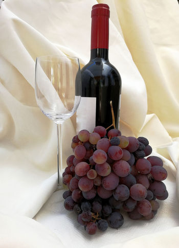 Uvas, copa y vino Bottle Wine Wine Bottle Alcohol Food And Drink Still Life Drink Wine Cork Wineglass Tablecloth Drinking Glass No People Grape Celebration Freshness