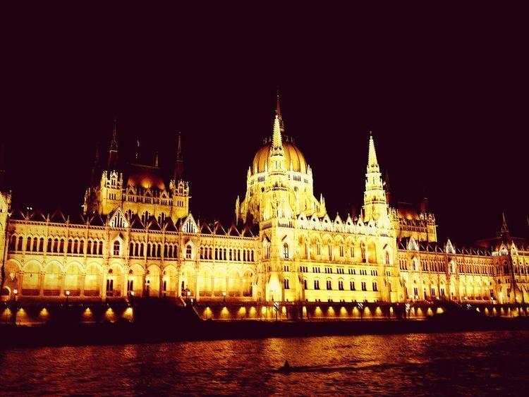 7/3から2週間、ハンガリー、チェコ、オーストリアを旅してきました。写真はハンガリーの国会議事堂。美しい夜景に囲まれたドナウ川ナイトクルーズにて。 Hungary