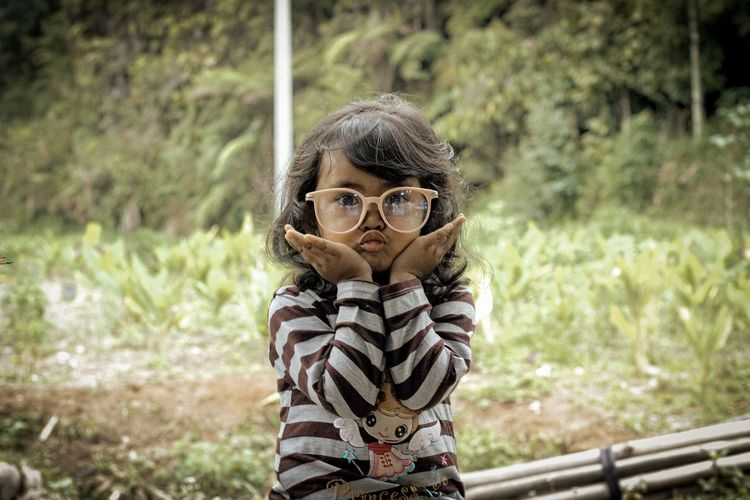 Potrait of little girl pose in outdoor