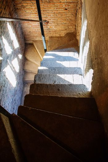 Iglesia Del Sagrado Corazón Paredes Walls Bricks Ladrillos Cripta Crypt Pasos Luz En El Tunel Abajo Escalones Escaleras Sunlight Light Through The Window Cavern History Historic Downstairs Steps Stairs