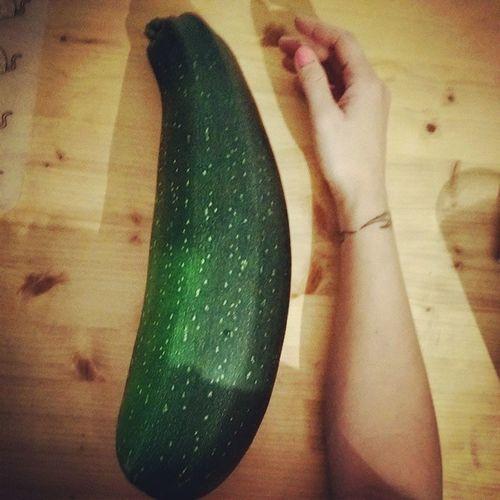 Erntefrische riesen Zucchini Ichmussmehrpumpengehen BIG Veggie einseitigeernährung Vegetables