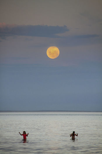 Luna de Febrero Water Sky Sea Nature Beauty In Nature Moon Horizon Over Water Scenics - Nature Two People Horizon Sunset Tranquility People Outdoors Tranquil Scene Leisure Activity Full Moon