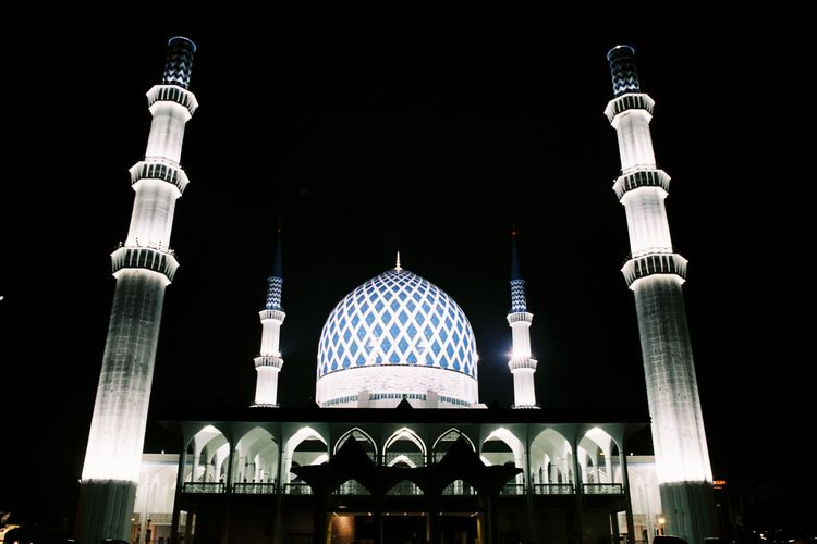 A film photography EyeEm Selects Shah Alam Masjid Minaret Nightphotography Photography Photographylovers Film Photography City Black Background Dome Place Of Worship Religion Illuminated Architecture Arch Mosque Architectural Feature Architecture And Art