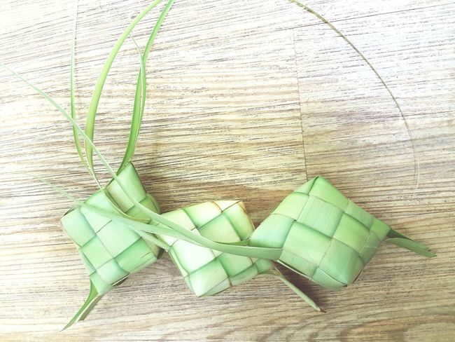 Green Color No People Wrapped Close-up Ketupat Ketupat Lebaran Eid Mubarak Aidilfitri Raya Hari Raya Aidilfitri Food Traditional Food Rice - Food Staple Coconut Leaf Art And Craft Copy Space Background Pattern Culture And Tradition Culture Closeup Wicker Wooden Background Indoors