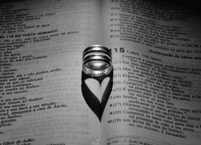 Lovephotography  Love ♥ Vscocam Lente18-55 Nikon Nikond5100photography Alianças  BíbliaSagrada Coração Vscocamphotos Casal